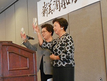 乾杯の音頭を取る生田博子先生とケイ猪瀬南加日系婦人会会長