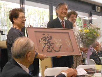 生田博子先生から書道作品を贈られる総領事